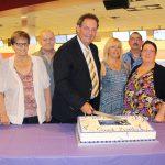 Coupe officielle du gâteau par le maire Pierre Charron.